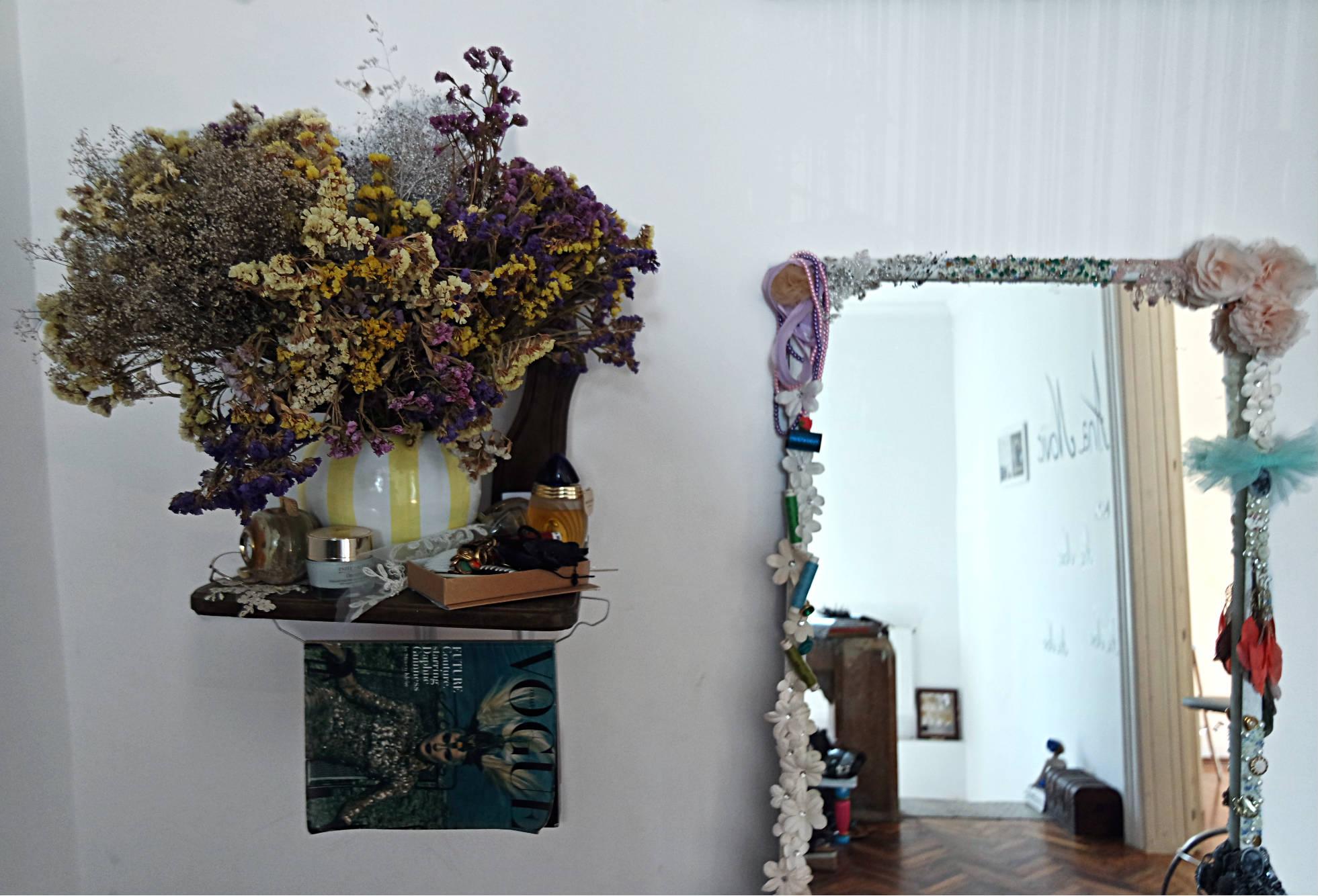 Scaunul este unul vintage, pe care l-am tăiat și l-am înșurubat în perete. Oglina este făcută manual de Ana cu diverse obiecte pe care le-am găsit prin atelier. :)
